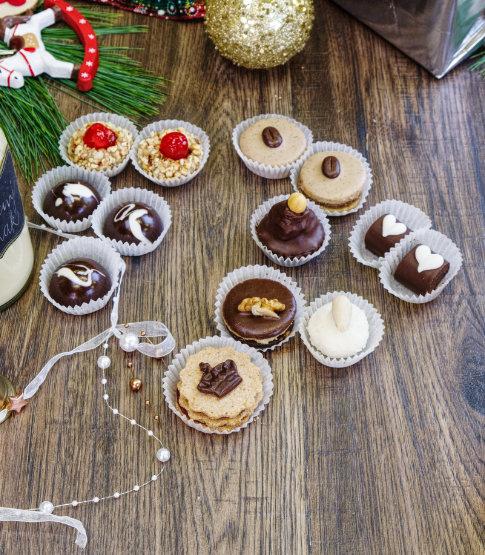 Obrázek vánočního cukroví na stole